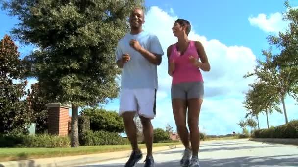 mladý pár těší běžecká cvičení
