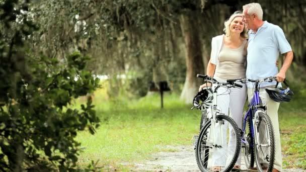 aktivní zralý pár cyklistika pro cvičení