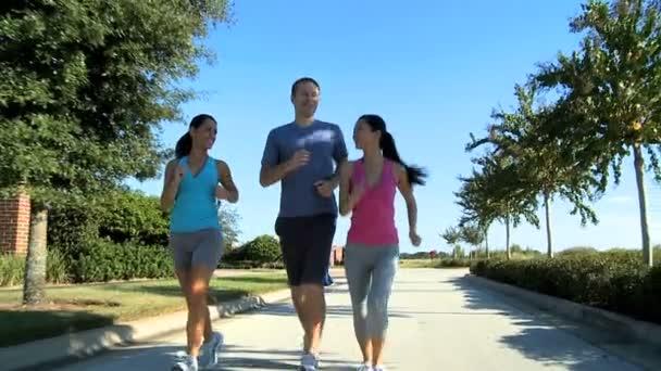 Fiatal futó partnerek külvárosi utak