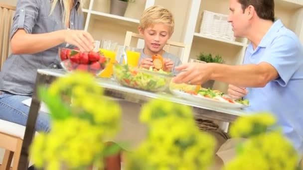 mladá rodina si zdravé jídlo