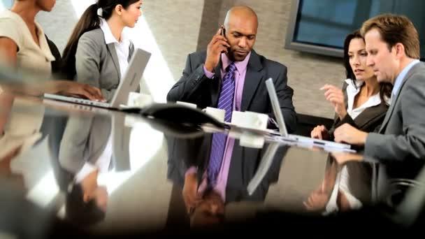 zprávy o úspěchu pro multi etnické obchodní tým