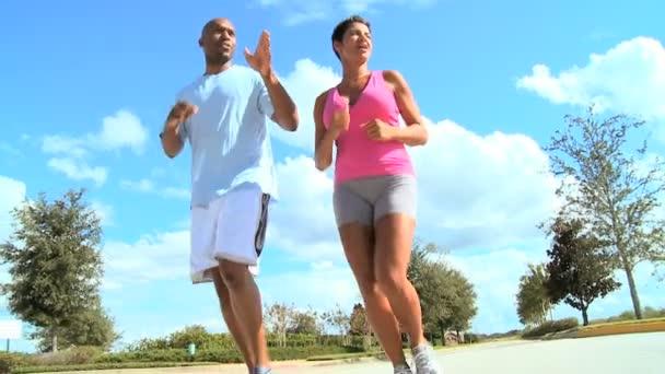 Egészséges etnikai pár Jogging gyakorlása