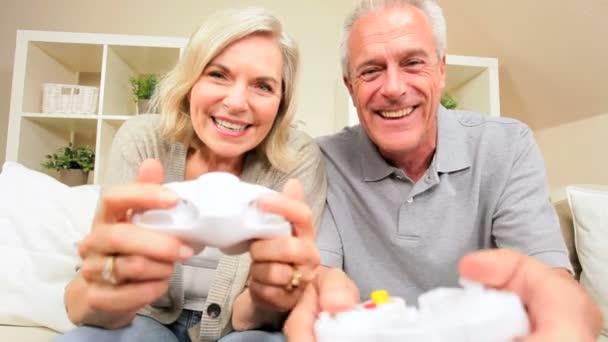 starší pár se baví s elektronických her