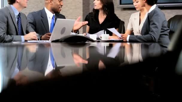 Multi-ethnischen-Unternehmensgruppe im Sitzungssaal treffen