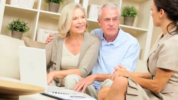 finanční poradce setkání s starší klienty doma