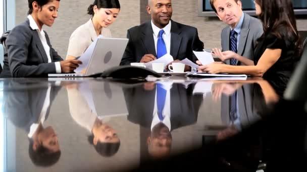 multi etnické obchodní tým v zasedání konference