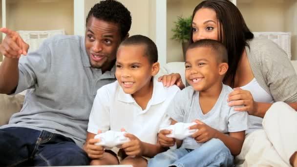 Familia Etnica Con Consola De Juegos En Casa Videos De Stock
