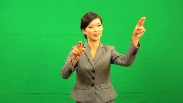 Női ázsiai üzletasszony zöld képernyő érintőképernyő
