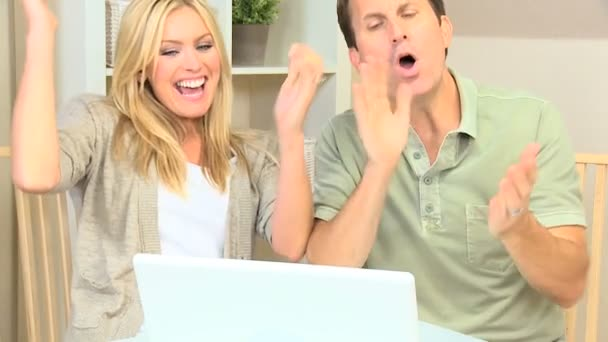 mladý pár s úspěch on-line