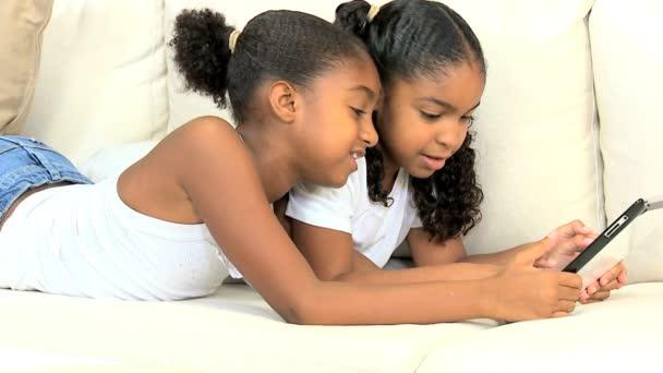 africké americké děti pomocí bezdrátové tablet