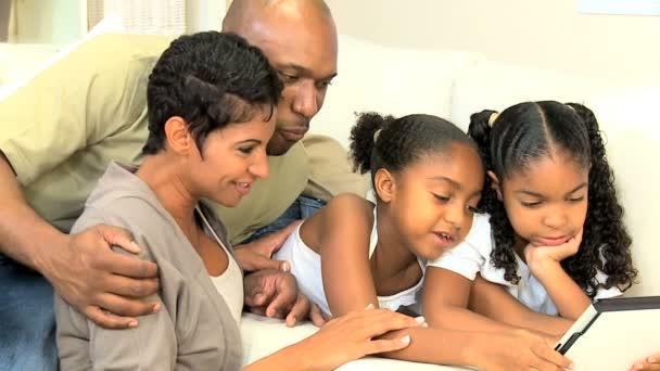 mladí africká americká rodina s bezdrátový tablet