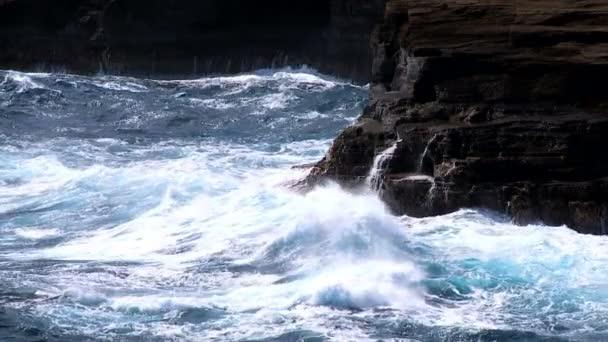 rozeklané skály silné burácení vln