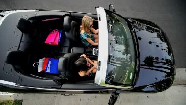 California dívky v luxusní kabriolet