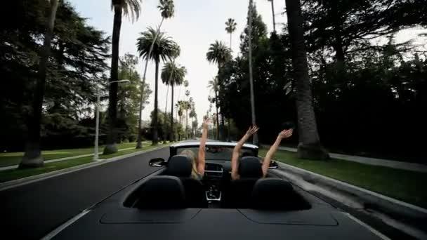 Lányok nyaralni vezetés nevetve