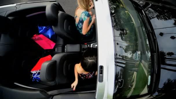přítelkyně nákupní výlet luxusních aut