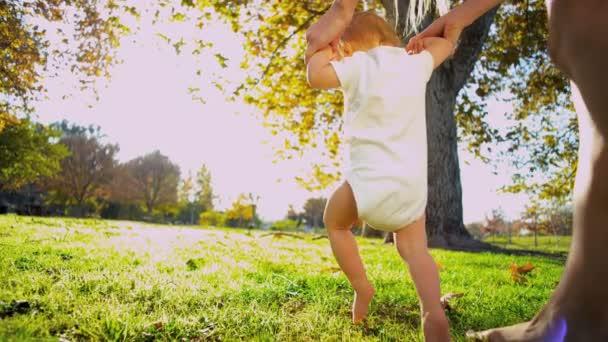 blonďaté dítě první kroky