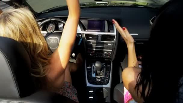 holky bláznivý zábavné jízdy otevřenou střechou vozu