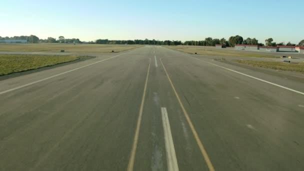 Letecký pohled na přistání a pojíždění letadla