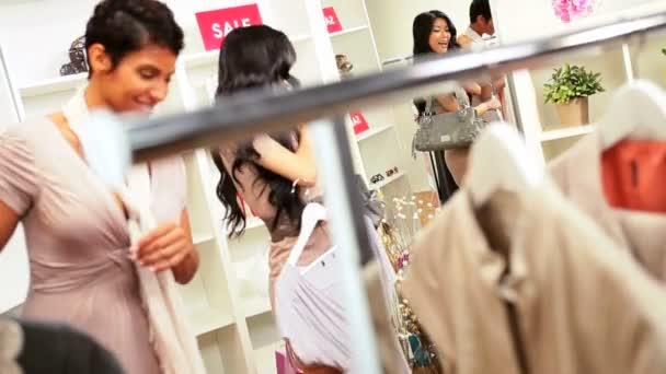 kamarádky výběru oblečení módní butik