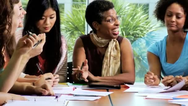 Ženské vysokoškoláků vyučování učitel
