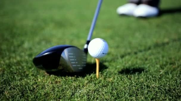 profesionální golfista s praxí houpačka