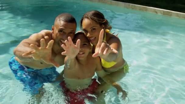 rodiče a syna v bazénu