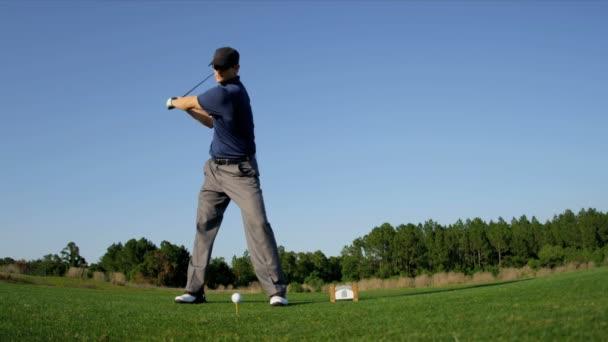 golfista utilizzando il driver a tee off