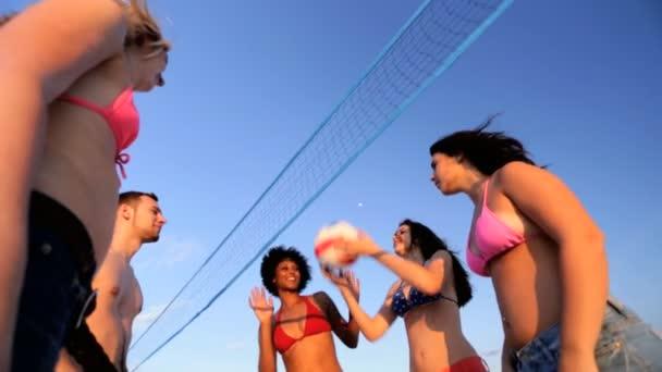 Bezstarostná mládež těší plážový volejbal