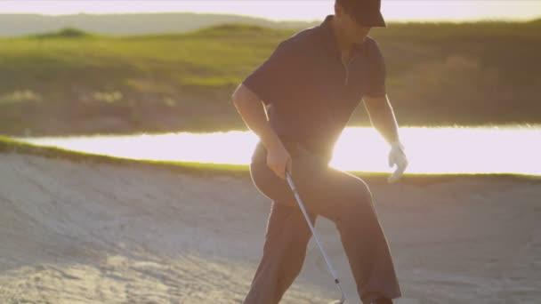 Golfspieler aus Golfplatz Klettern