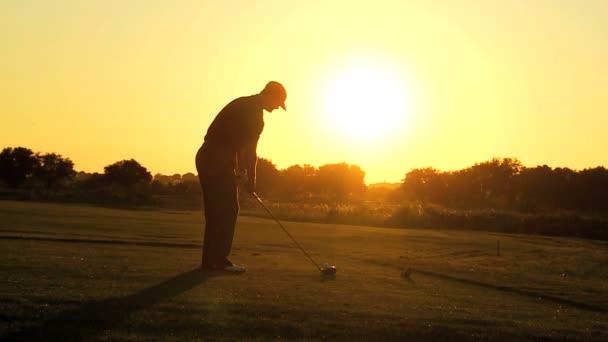 mužské golfista odhánějící
