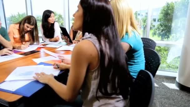 studenti v učebně s učitelem
