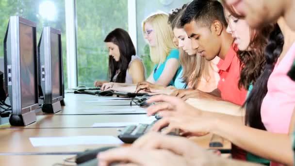 dospívající studenti pracují na počítačích