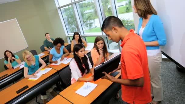 Student dávat prezentaci na spolužáky