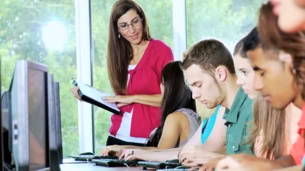 ženské učitel pracuje se studenty