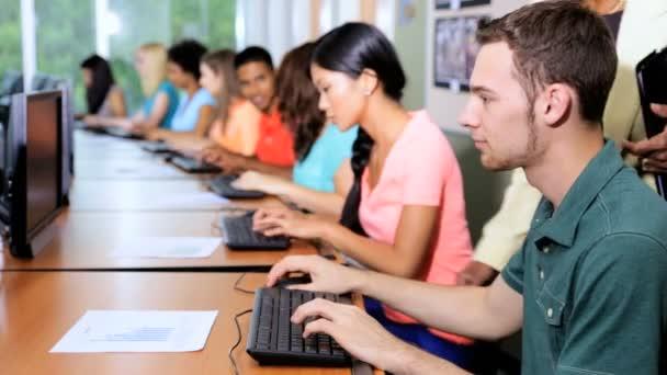 Studenti pracují s ženské učitel