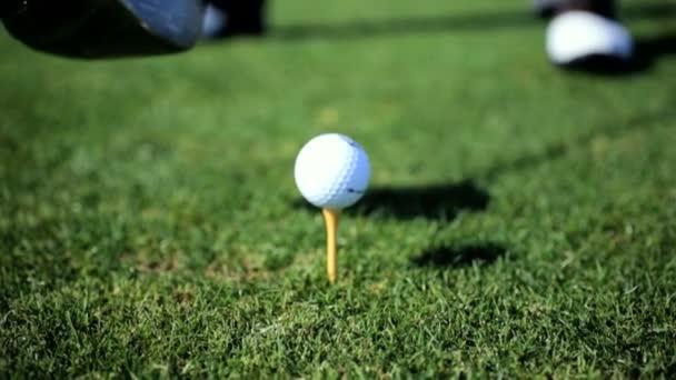 profesionální golfista zasáhnout golfový míček