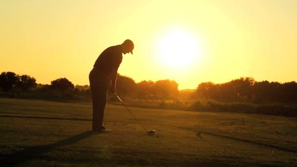 golfista připravuje na odpaliště