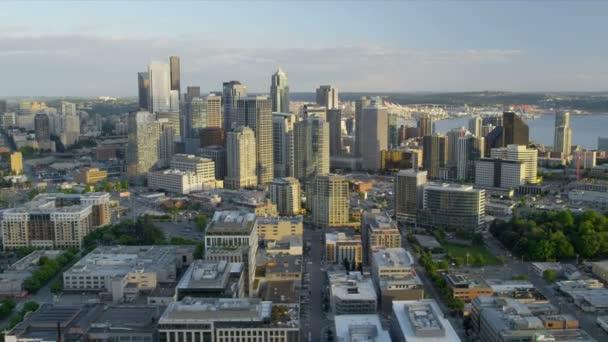 Letecký pohled na mrakodrapy v centru obchodní čtvrti port seattle, usa