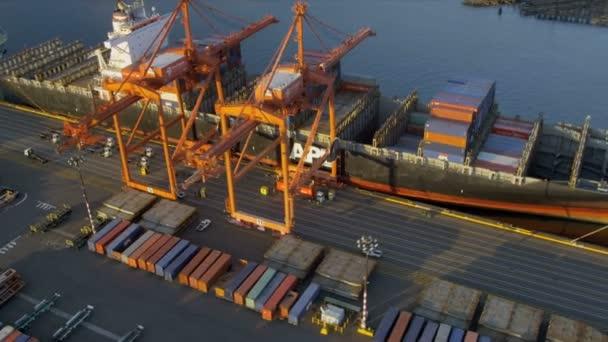 Letecký pohled na kontejnerová loď vykládání nákladu port seattle