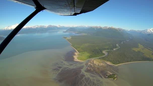 Letecký pohled z lehké letouny aljašské jezer řek a hor odlehlé divočině oblasti Aljaška, usa