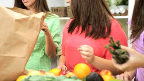 Maminka a dcery rozbalení tašky