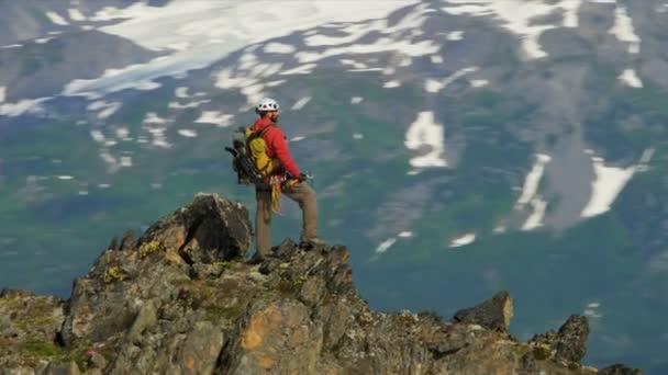 horolezec na vrchol hory odlehlé divočině