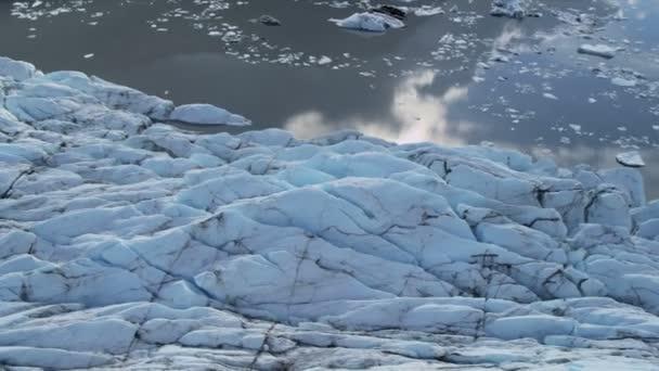 Letecký pohled na ledovec ledu teče tavení, polární oblasti