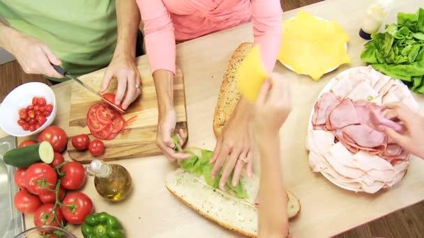 rodiče a děti plnění baget
