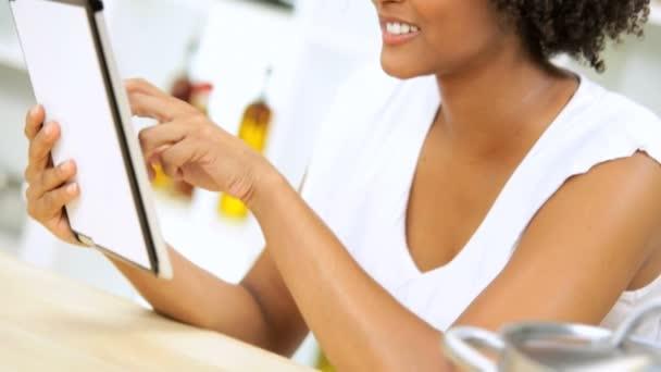 žena čtení zpráv na tabletu