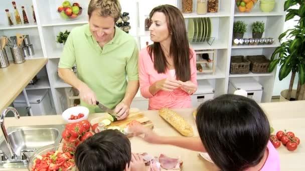 rodiče a děti připravují oběd