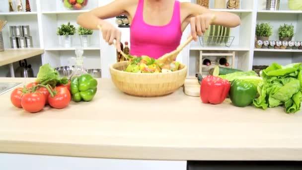 žena v kuchyni míchání přísad