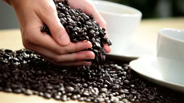 egész szemes kávé női kaukázusi kezek közelről