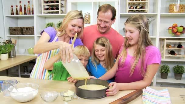 rodiče a děti dělat dort