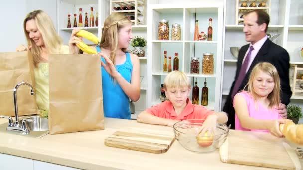 děti s rodiči, rozbalení tašky